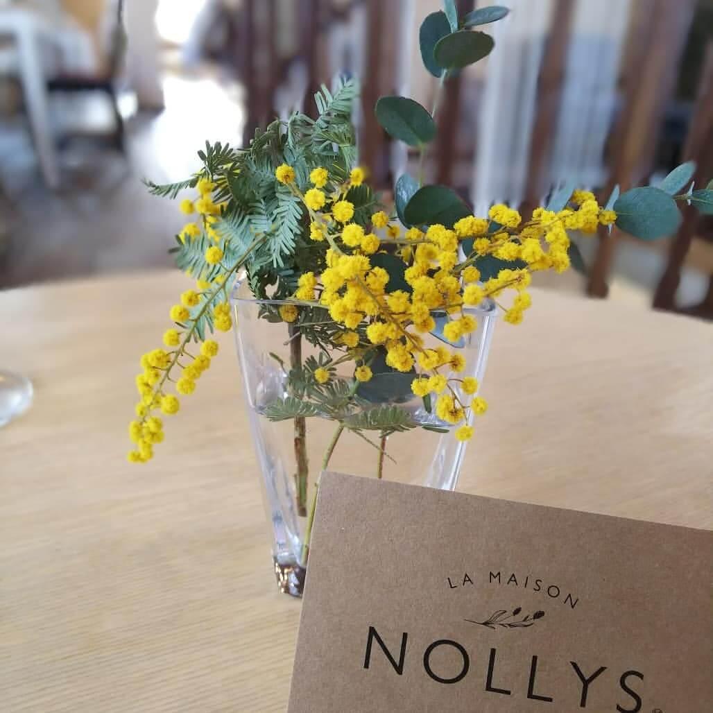 La Maison Nollys(ラメゾンノーリーズ)のテーブルの上にある花