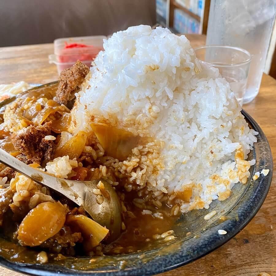 亜珈里 (あかり)のカツカレー大盛りにはご飯もぎっしり