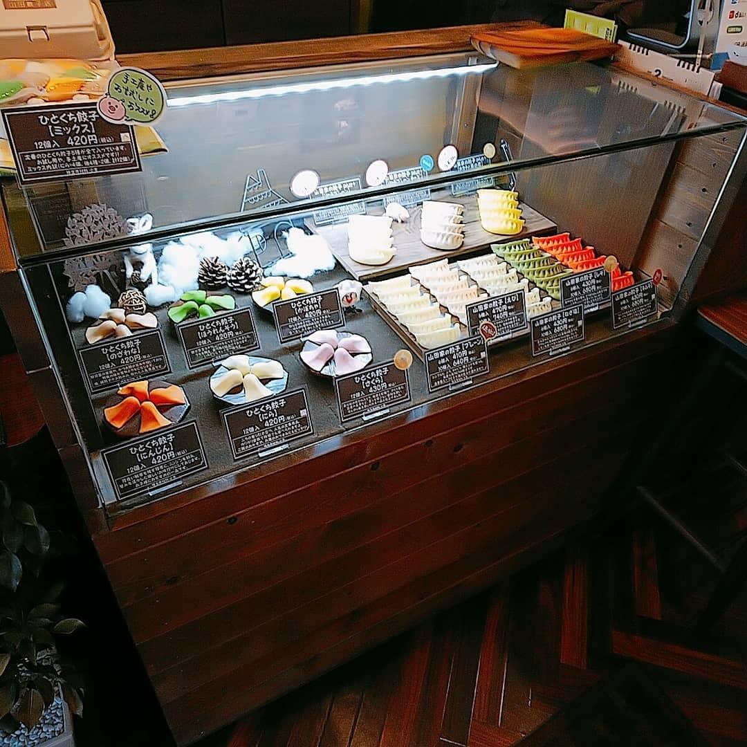 山田餃子店の店内ディスプレイ