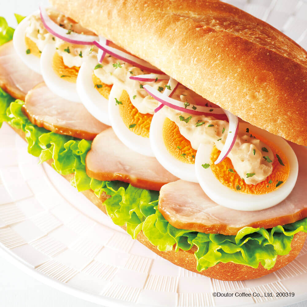 ドトールの『ミラノサンドC スモークチキンと半熟たまご ~味噌ジンジャーソース~』