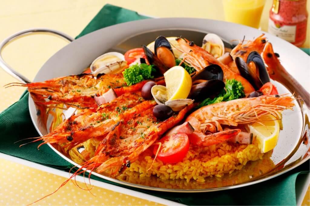 『えび会』の二種の海老と春野菜のパエリア~カシスマスタードとアイオリで~