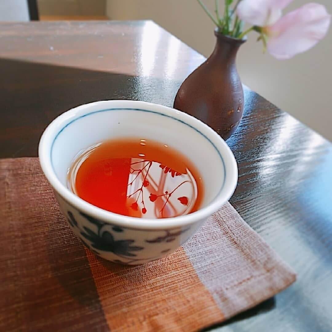 日本茶カフェ 茶楽逢(さらい)のウェルカムティの桜ほうじ茶