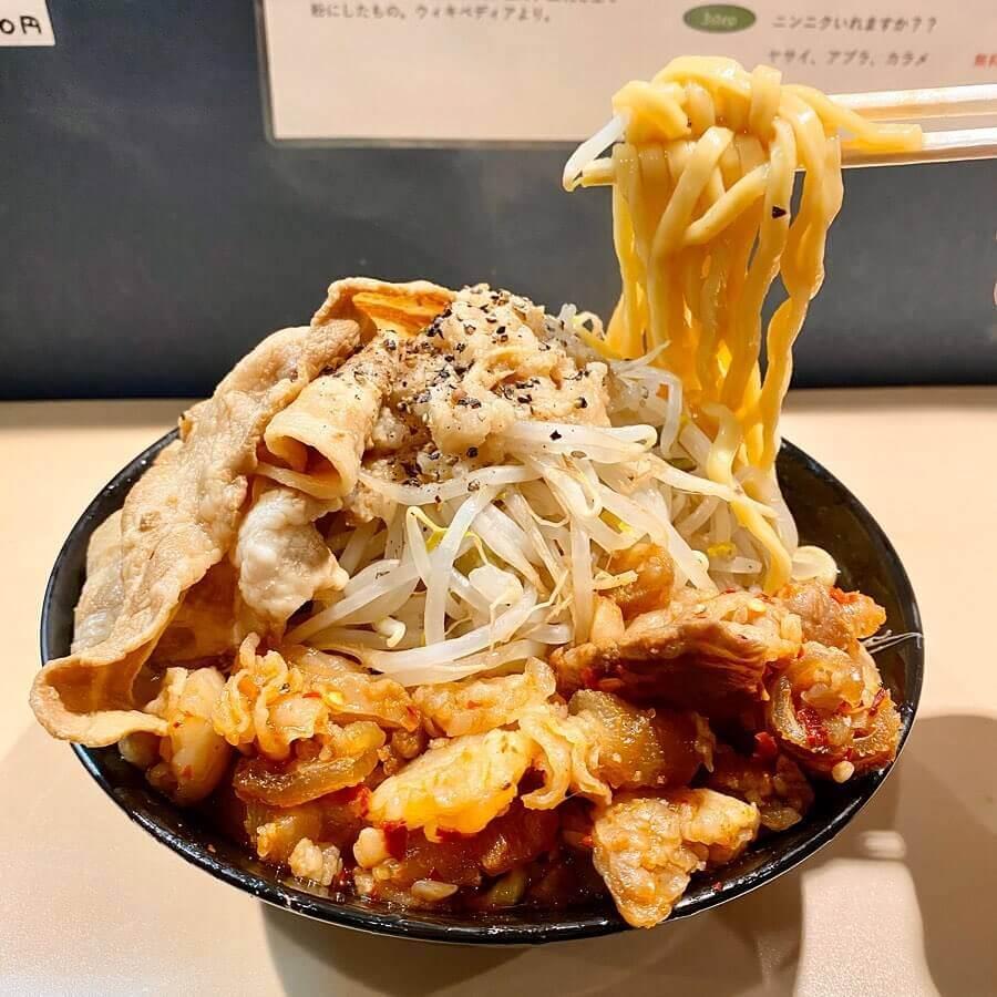手稲ラーメン肉玉の『二九郎牛辛キムチ豚肉ダブル』の麺