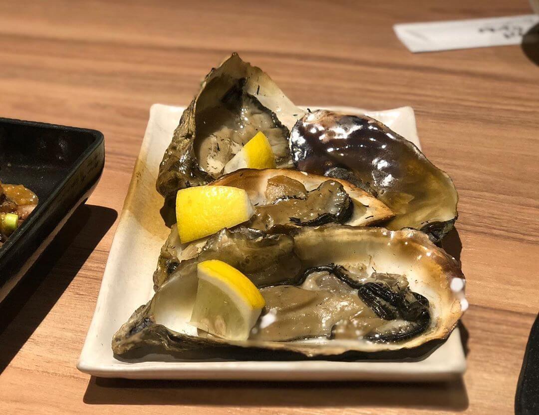 WARAYAKI酒場あくとの『牡蠣の藁焼き』