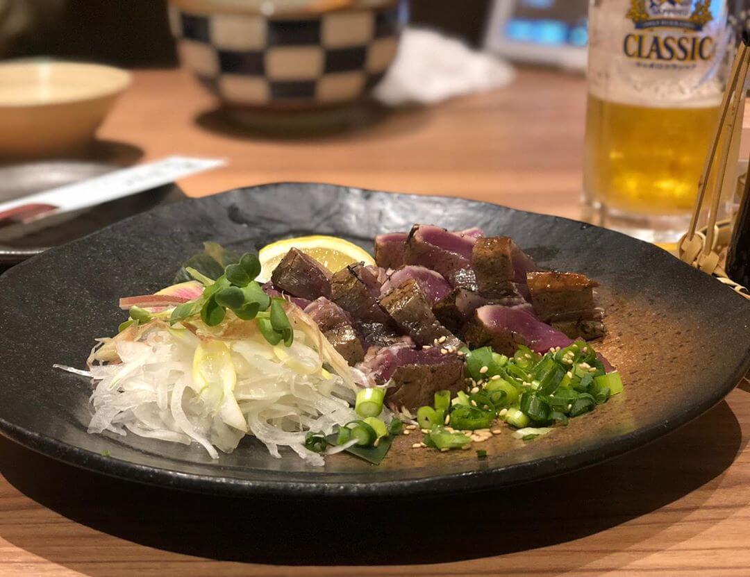 WARAYAKI酒場あくとの『カツオの藁焼き』