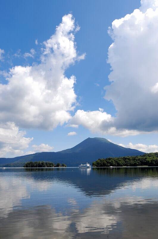 動画サイト『Home Trip HOKKAIDO』で紹介されている雄大な阿寒湖と雄阿寒岳