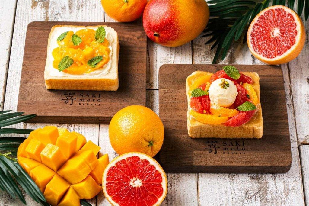 嵜本ベーカリーカフェの『極美オープンサンド‐アールグレイ香る2種のシトラスフルーツとマスカルポーネ』『極美オープンサンド‐常夏フルーツとサワークリーム』