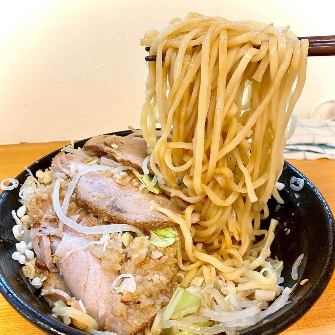 汁なし六鶴(ろっかく)の汁ありの大盛チャーシュー増しヤサイ増し増しの麺