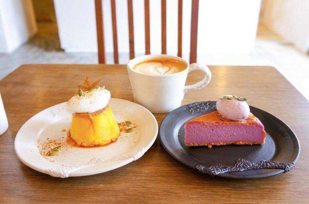 allee cafe アレイカフェの季節のプリン(かぼちゃ)と季節のバスクチーズケーキ (紫芋)
