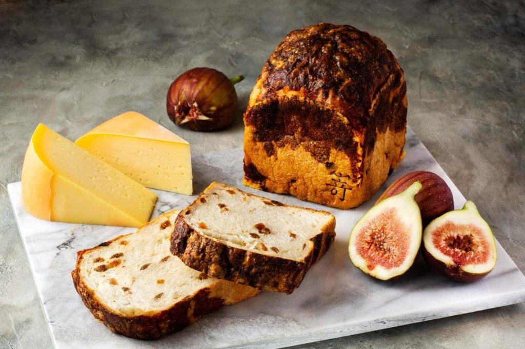 高級食パン専門店 嵜本(さきもと)の『白いちじくとゴーダチーズの食パン』