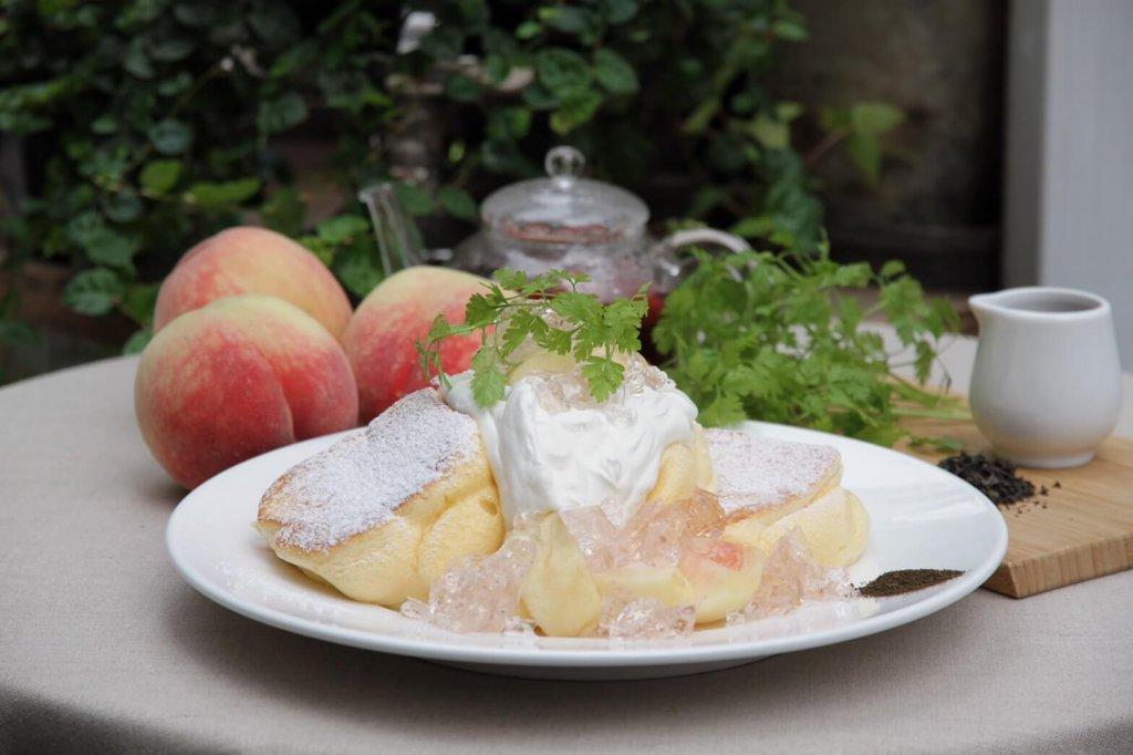 パンケーキ専門店 幸せのパンケーキの『国産白桃のローズヒップピーチパンケーキ』