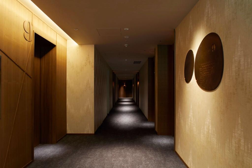 THE KNOT SAPPORO のゲストルームの廊下