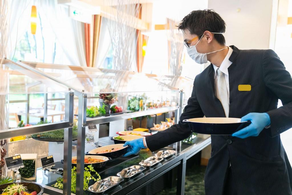 クインテッサホテル札幌すすきのの朝食ビュッフェ-料理の差し替えの様子