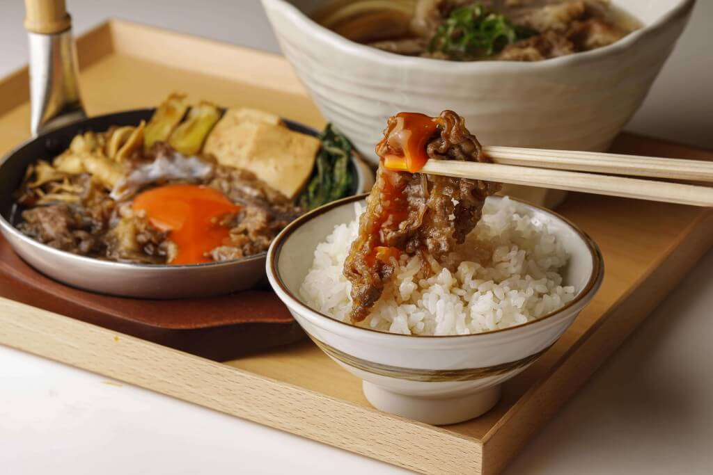 丸亀製麺の神戸牛づくし膳-神戸牛を生玉子にたっぷり絡めて味わう