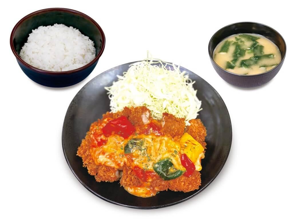 松のや・松乃家の『彩りチーズトマトメガチキンかつ定食』