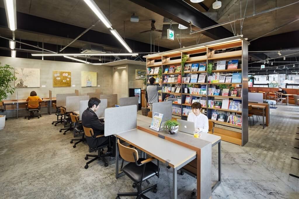 TSUTAYA 新道東駅前店のカフェラウンジ-仕事ができる集中ゾーン