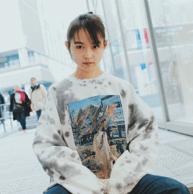 """『伊藤万理華EXHIBITION """"HOMESICK""""』のタイダイスウェット"""