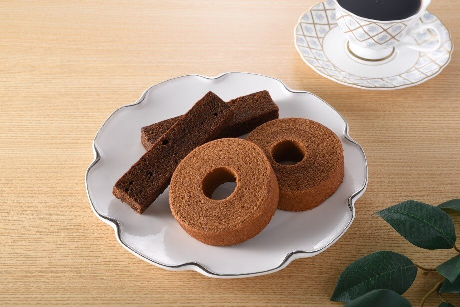 ファミリーマート×丸福珈琲店『濃いコーヒーバウムクーヘン』、『濃いコーヒースティックパウンドケーキ』