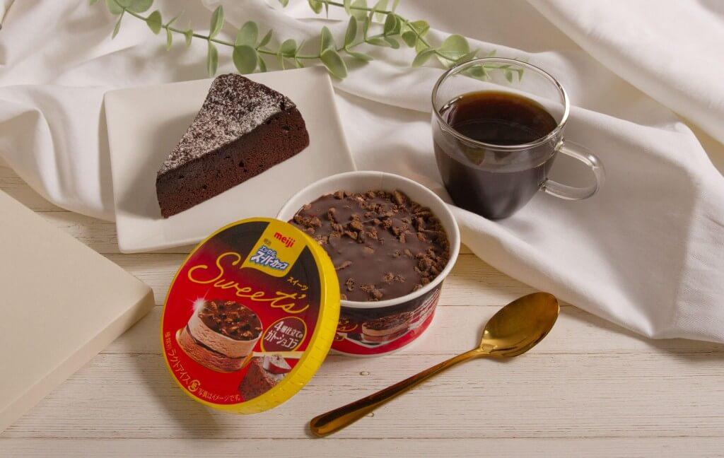『明治 エッセル スーパーカップSweet's 4層仕立てのガトーショコラ』-2種類のチョコアイスが奥深い味わいに!