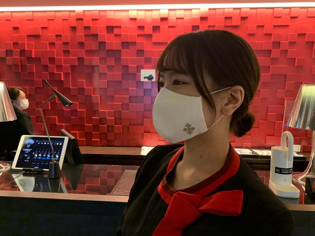 クロスホテル札幌の『フェアトレード認証コットンを使用したオリジナルマスク』-着用イメージ