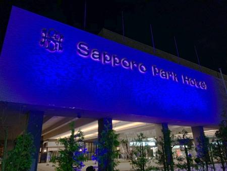 札幌パークホテル冬のイルミネーション『パークブルー』-ホテル正面の壁面ブルーライトアップ