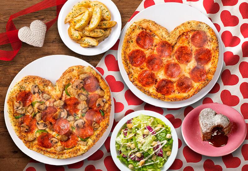 ドミノ・ピザの『ハートのピザ1枚+Mサイズピザ1枚+サイド3品』