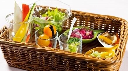 札幌プリンスホテル『ブッフェレストラン ハプナ』-バスケットにお好みの野菜や トッピングを選んでお席へ(イメージ)