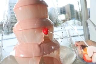 札幌プリンスホテル『ブッフェレストラン ハプナ』-飛沫防止カバーを設置した チョコレートファウンテン