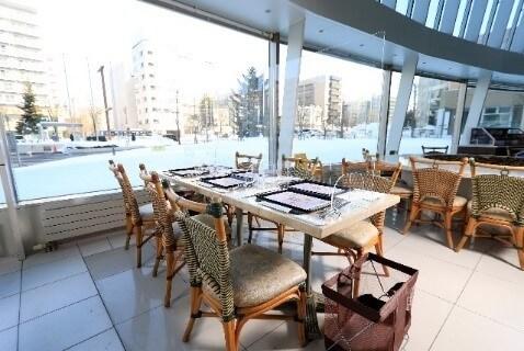 札幌プリンスホテル『ブッフェレストラン ハプナ』-アクリルパーテーションを 設置した座席テーブル
