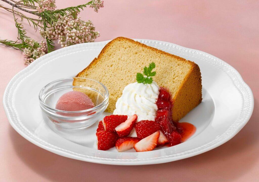 ロイヤルホストの『紅茶のシフォンケーキ~苺のソルベ添え~』
