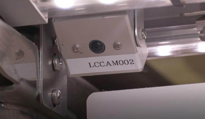 くら寿司-レーンに取り付けた小型AIカメラが お皿を自動的にカウントするセルフチェック
