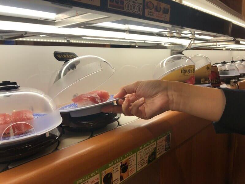 くら寿司-触れずに開閉できる「抗菌寿司カバー」
