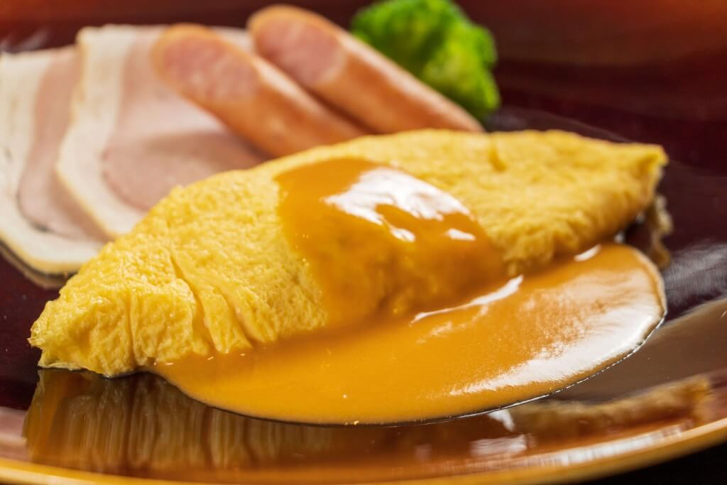 札幌プリンスホテルの『インルームダイニングプラン』-タラバ蟹と十勝産マッシュルームが入ったオムレツ アメリケーヌソース