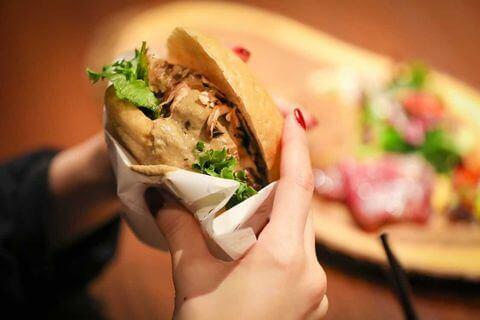Y+5296(ワイプラスゴーニーキューロク)のハンバーガー